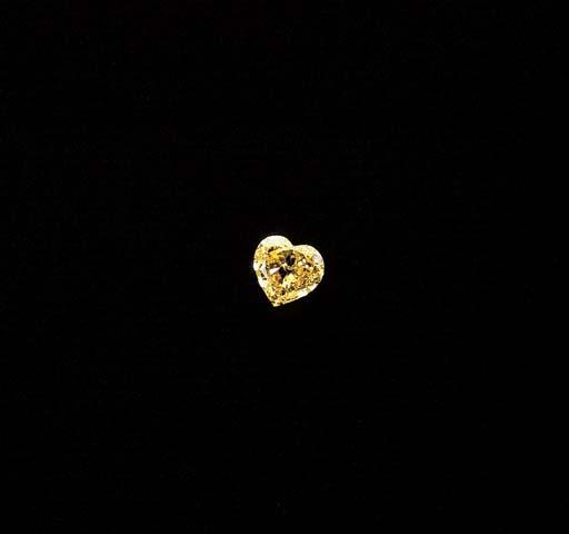 A VIVID YELLOW DIAMOND RING