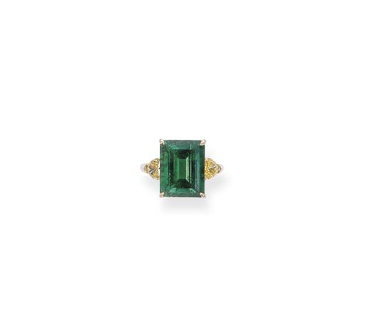 AN EMERALD AND YELLOW DIAMOND RING