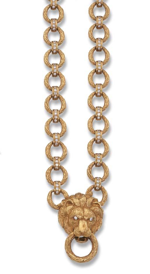 A GOLD 'LION' NECKLACE, BY VAN