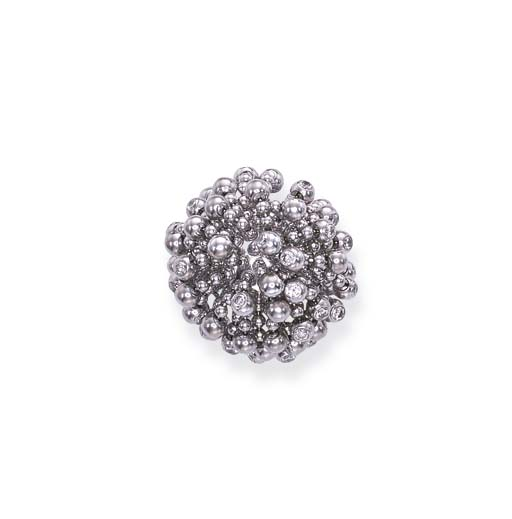 A DIAMOND-SET 'PERRUQUE' RING,