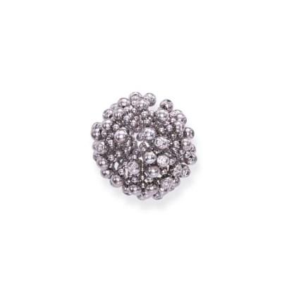 A DIAMOND-SET 'PERRUQUE' RING,