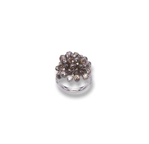 A BROWN DIAMOND CLUSTER RING,