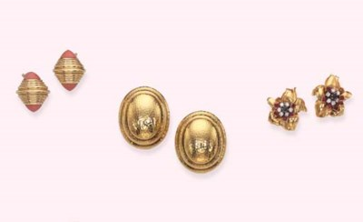 A PAIR OF GOLD EARRINGS, BY DA