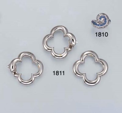 A SET OF WHITE GOLD JEWELLERY