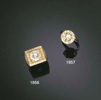 A DIAMOND GENTLEMAN'S RING