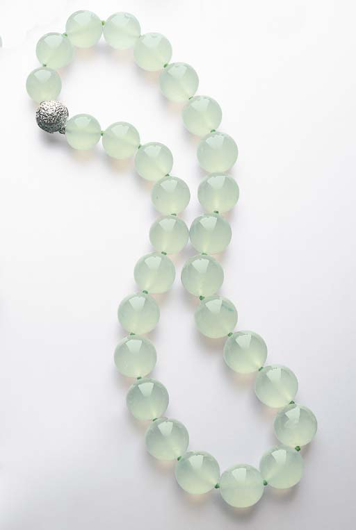 A SINGLE-STRAND JADEITE BEAD N