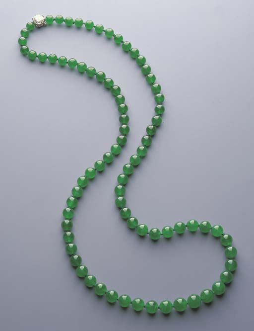 A SUPERB SINGLE-STRAND JADEITE