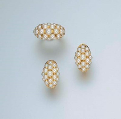 A SET OF CULTURED PEARL JEWELL