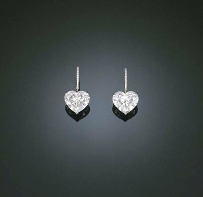A STUNNING PAIR OF DIAMOND EAR