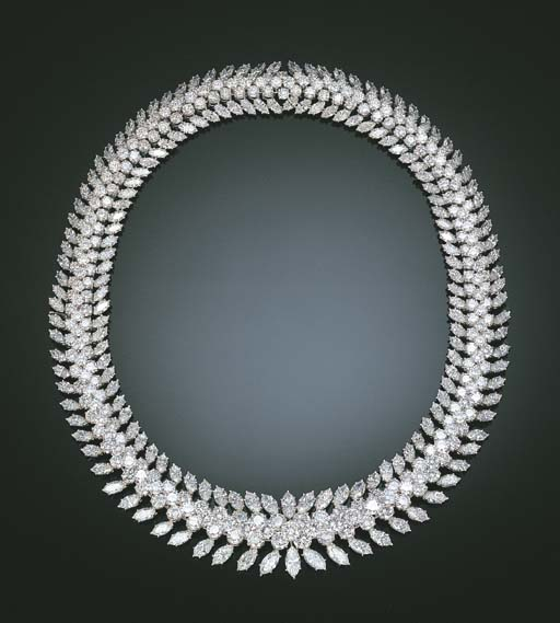 A STUNNING DIAMOND NECKLACE