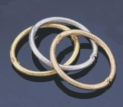 A SET OF THREE TRI COLOUR GOLD