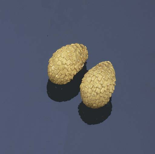 A PAIR OF CHASED GOLD EARRINGS