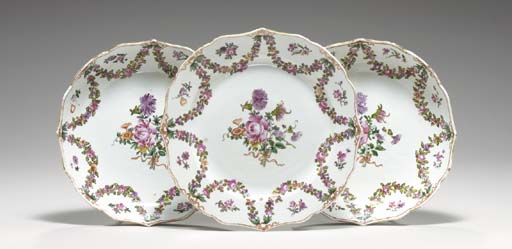 FIVE FAMILLE ROSE DISHES