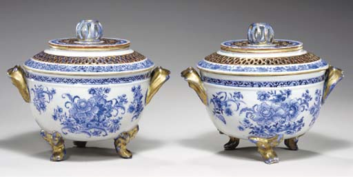 A PAIR OF BLUE AND WHITE POT-P