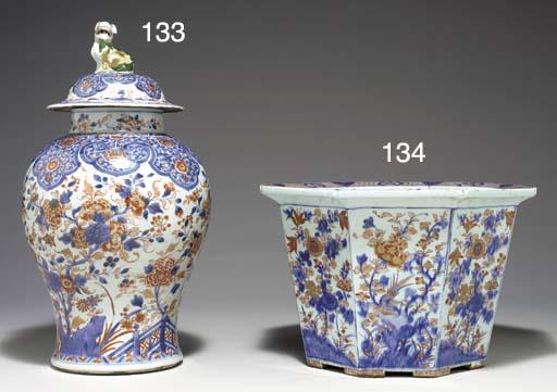 A LARGE CHINESE IMARI JAR AND
