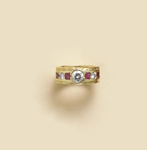 A DIAMOND, RUBY AND GOLD RING