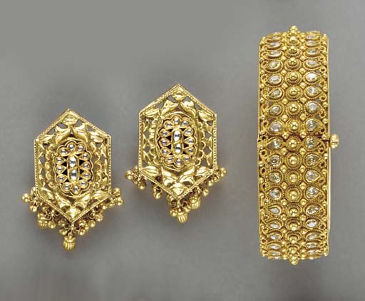 A GROUP OF INDIAN GOLD AND GEM