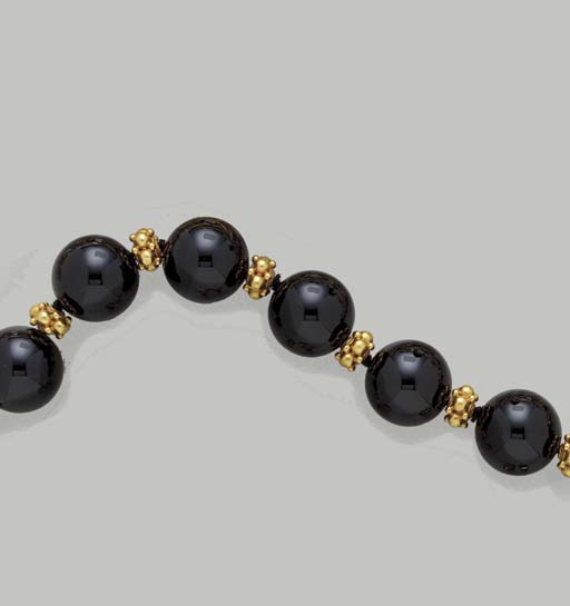 A SUITE OF ONYX AND GOLD JEWEL