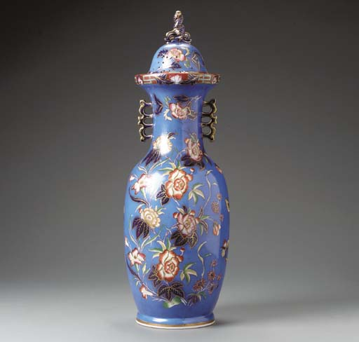 AN ENGLISH IRONSTONE ROYAL BLUE GROUND CHINOISERIE POT POURRI VASE AND COVER,