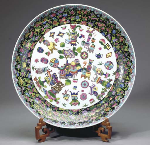 A CHINESE PORCELAIN CHARGER,
