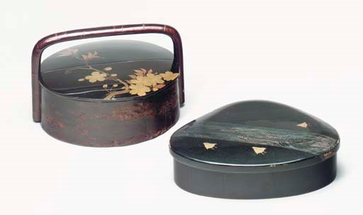 A SHELL-SHAPED BLACK LACQUER L