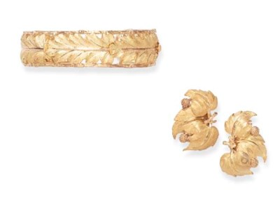 A GROUP OF BICOLORED GOLD JEWE
