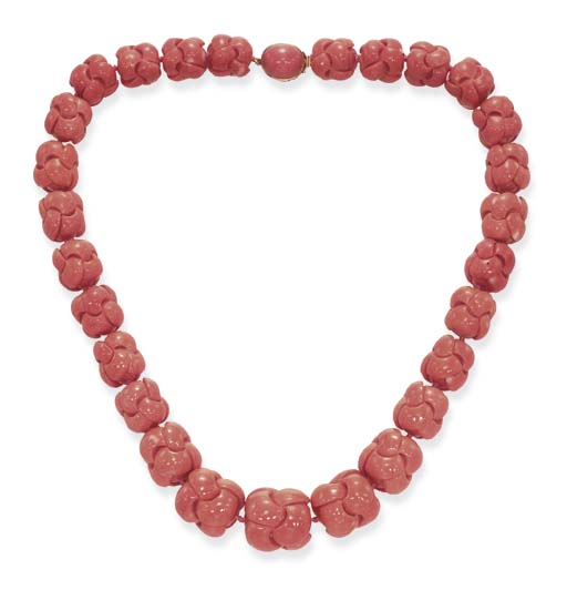 **A SINGLE-STRAND CORAL NECKLA