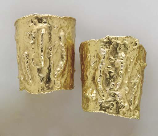 A PAIR OF TEXTURED GOLD CUFF B