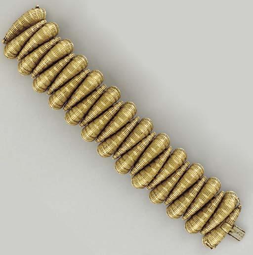 AN 18K GOLD BRACELET
