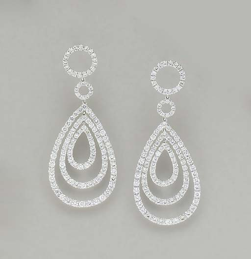 A PAIR OF DIAMOND AND 18K WHITE GOLD EAR PENDANTS