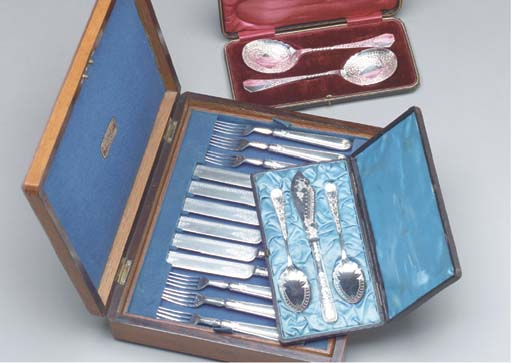 A GROUP OF VICTORIAN SILVER PLATED TABLE WARES,