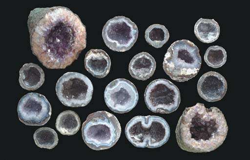 A GROUP OF NINETEEN QUARTZ GEO
