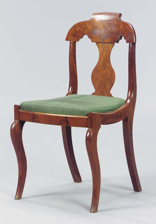 A CLASSICAL MAHOGANY CHAIR WIT