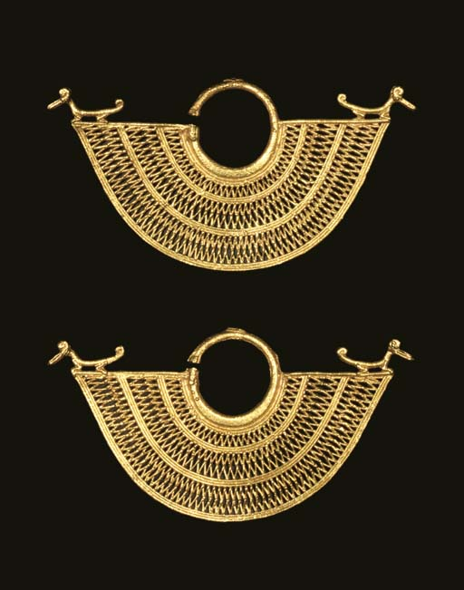 A PAIR OF SINU GOLD EARRINGS