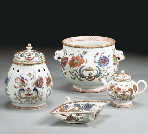 QUATRE PIECES EN PORCELAINE DE
