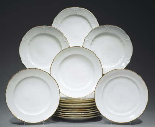 QUINZE ASSIETTES EN PORCELAINE