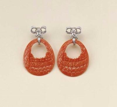 Paio di orecchini in corallo e