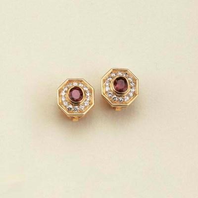 Paio di orecchini in oro con r