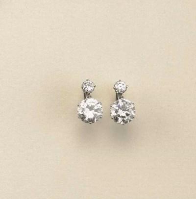 Paio di orecchini in platino e