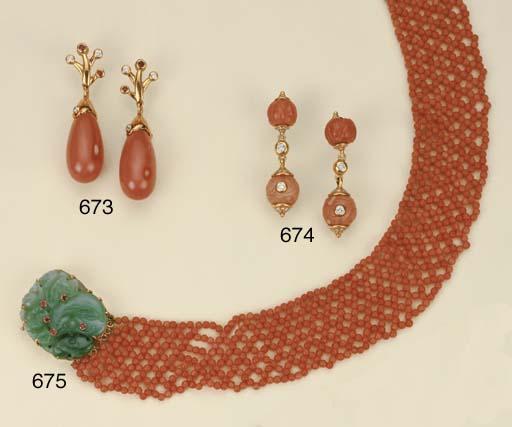 Paio di orecchini in oro e cor