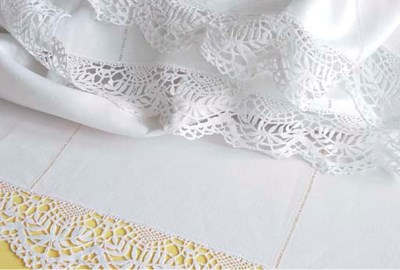 (5) A linen tablecloth and thr