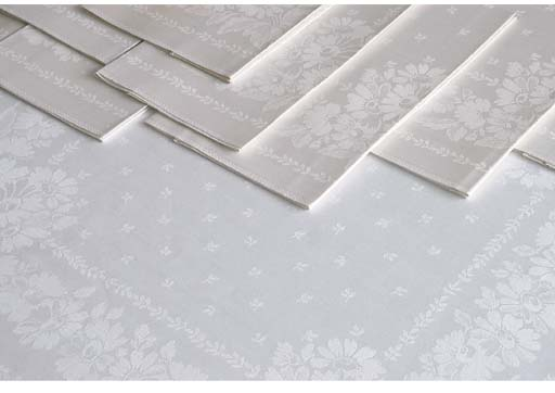 A damask linen tablecloth and twelve menue napkins