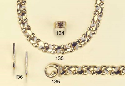 A DIAMOND NECKLACE WITH BRACEL