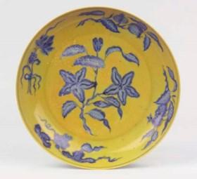 A yellow-ground and underglaze-blue saucer dish
