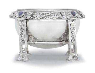 A GEORGE V MOONSTONE SET SILVE