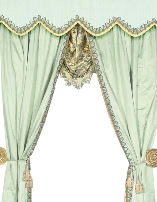 A PAIR OF LINED AND INTERLINED SILK CURTAINS, ROMAN BLIND AND PELMET