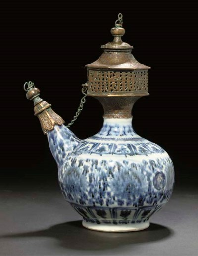 A MING BLUE AND WHITE KENDI FO