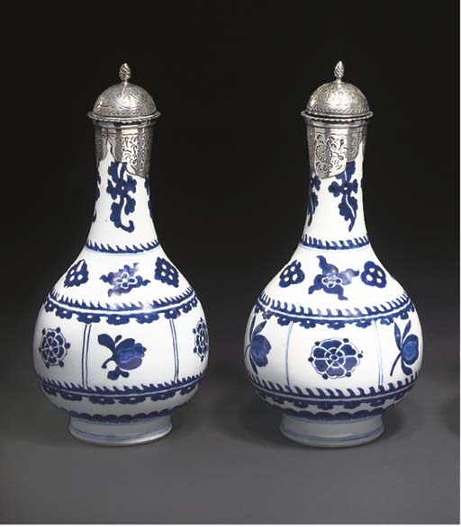 A PAIR OF KANGXI BLUE AND WHITE BOTTLE VASES, CHINA, 17TH/18TH CENTURY