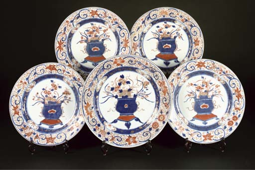 An imari dish and four smaller dishes en suite, 18th century