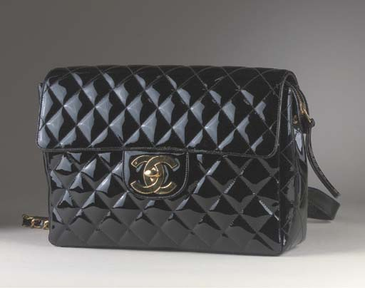 A HANDBAG OF QUILTED BLACK LEA